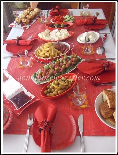kırmızı kahvaltı masam