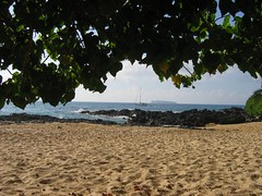 Entrance to Makena Cove (stu_macgoo) Tags: hawaii maui makena makenacove scenery sand ocean trees beauty leaves sailboat molokini