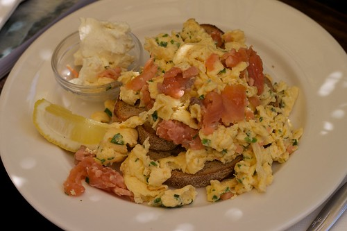 apte scrambled eggs with salmon and goat's cheese
