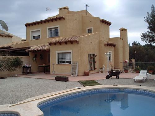 Chalet de nueva construcción. Pida más información en su agencia inmobiliaria Asegil de Benidorm  www.inmobiliariabenidorm.com