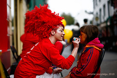 Jour de fête (Jerome Pouysegu) Tags: street ireland red portrait people urban woman art galway girl smile up hat festival feast canon rouge eos 50mm europe femme young makeup sigma eire fete chapeau jerome 5d mayo oyster rue fille maquillage gens irlande urbain