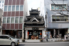 Matsumoto City (Mark Liddell) Tags: road city building castle car japan shop wall buildings japanese store ancient treasure ken jo historic special national keep  nippon walls crow moat matsumoto prefecture shi nagano tohoku nihon kaku jou  gatehouse  karasu  matsumotojo tenshu  matsumotojou karasujo hirajiro karasujou