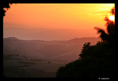 Sunset Toscane (Tuscany) (Rogier Coppejans) Tags: sunset sky cloud sun color silhouette landscape evening zonsondergang dramatic atmosphere tuscany avond lucht drama toscane tone coppejans canoneos400d top20sunsetsofourhearts