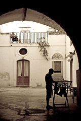 (Babelez reloaded) Tags: street old italy man silhouette yard vintage court donna women couple italia linen candid courtyard retro patio uomo cloth arco washing familiar cortile bucato clotheshorse vecchi panni biancheria stendere stendibiancheria