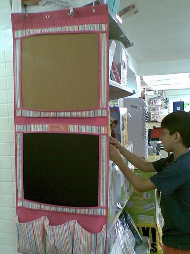 Pena que só tinha rosa! Adorei espaços para recados na cortiça, minilousa e saquinhos para lápis e cola! ;)