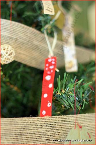 Manualidades Navidad: Adorno de árbol de Navidad reciclados con paletinas (cucharas) de plástico para el café, lazos de raso y clips