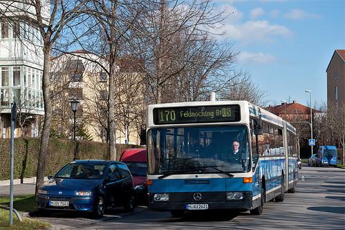 Jetzt wird's musikalisch: Durch den Carl-Orff-Bogen fahrend erreicht der Bus in Kürze die Haltestelle »Gustav-Mahler-Straße«