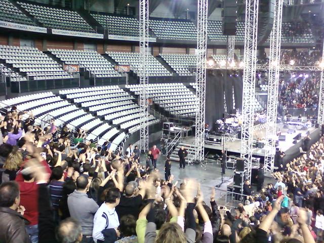 Guccini saluda al público al acabar el concierto