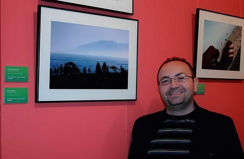 Junto a mi foto en la expo de Vélez