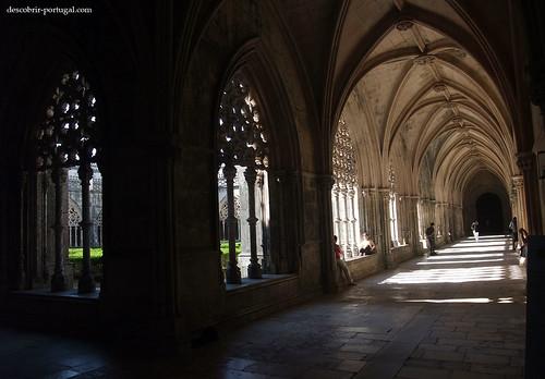 Mistura de gótico e de manuelino nas arcadas