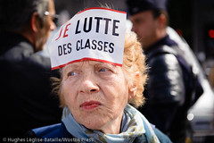 JE LUTTE DES CLASSES (Hughes Lglise-Bataille) Tags: paris france lutte femme protest demonstration concorde vote fra manif manifestation 2010 autocollant loi classes assemble manifestante pensions retraites