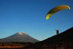adventure (totomai) Tags: sports japan fuji grandmother adventure mtfuji parachute asagiri paraglide bigmomma challengeyouwinner nikond80 motmfeb12