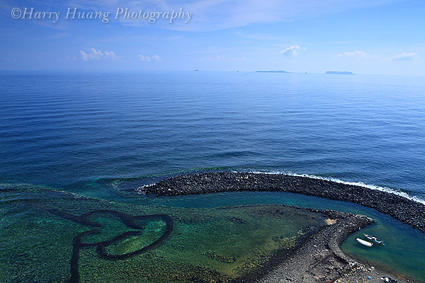 澎湖七美双心石沪位於澎湖县南海的七美岛北部海岸,周围海滨坡地为砂