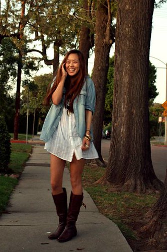 blue-denim-shirt-white-shirt-brown-boots_400
