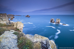 1281 ( Luces de la maana) (Joserra Irusta) Tags: longexposure blue seascape azul clouds sunrise canon landscape lights luces paisaje amanecer nubes olas cantabria wawes liencres largaexposicion sigma1020 marcantabrico 50d cantabricsea joserrairusta abigfave costaquebrada losurros wwwjoserrairustacom lapuertadelmar sesiones50d