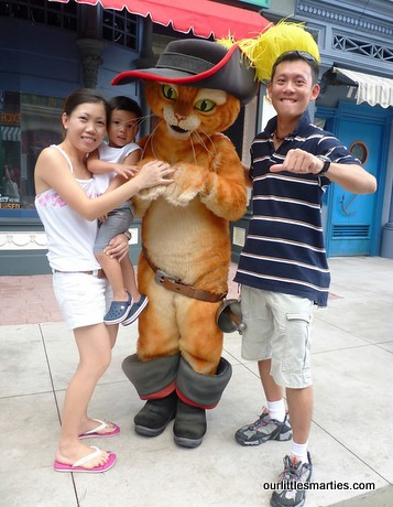 Take a family picture with this cartoon character