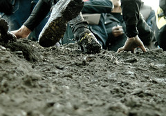 Mud scratch (Mauritzson Foto) Tags: feet shoe hand mud running run explore frontpage kraft fotosondag fotosndag tjurrustet