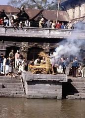 Pashupatinath. Nepal. Cremación. 1991.Analógica. Nikon D70 (Cesar Catalan) Tags: nepal katmandu ghats pashupatinath pobreza नेपाल bagmati cremacion riosagrado cremaciones संघीय लोकतान्त्रिक गणतन्त्र
