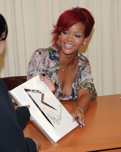 Rihanna+Signs+Copies+Rihanna+FZyPstx-w0Wl