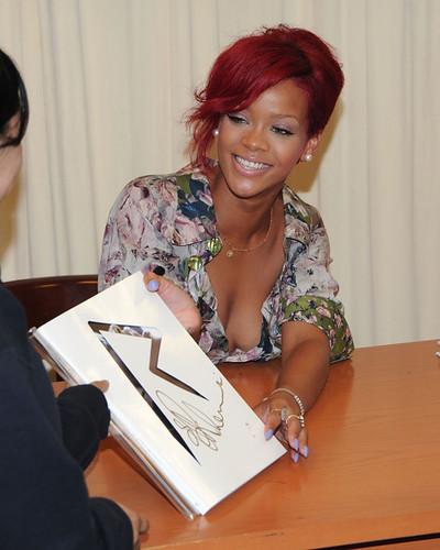 Rihanna+Signs+Copies+Rihanna+FZyPstx-w0Wl