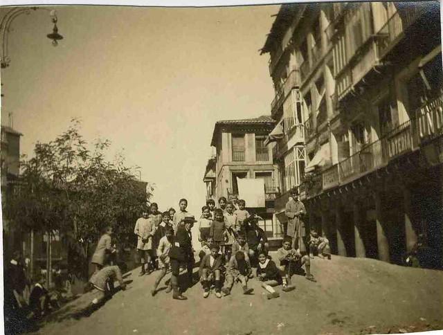 Niños juegan en un montón de tierra en Zocodover  en las obras de la plaza del año 1925. Fotografía de Mariano Gálvez. Colección Luis Alba. Ayuntamiento de Toledo