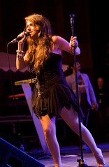 gabriella cilmi (all female barefoot musicians) Tags: feet nude stage nackt barefoot fsse bhne barfuss sngerin