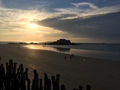 Sunset - 1 (schreibtnix on 'n off) Tags: reisen travelling europa europe frankreich france bretagne brittany breizh saintmalo strand beach horizont horizon gegenlicht backlight sonnenuntergang sunset appleiphone6plus schreibtnix