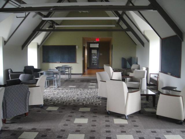 Salle de travail/repos pour les geeks au dernier étage du département d'info
