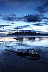 Bay of Laig - Eigg (freeskiing) Tags: blue sea seaweed beach silhouette clouds scotland august calm explore gloaming eigg isleofrum isleofeigg dramaticcloud ainshval highlandsofscotland hallival soundofrum askival bayoflaig ndgrad03 benthorburn