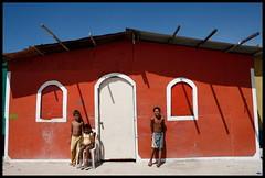 Los nios frente a su casa (Carlos Pascual Piazza) Tags: door wood red color window children ventana casa rojo puerta madera bambini venezuela sombra nios redhouse finestra porta woodhouse anzoategui casademadera islaguaraguao