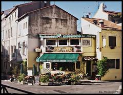 Arles (El Peregrino) Tags: road street city france buildings restaurant town strada eu route provence rue arles francia ristorante citt provenza edifici camminodisantiago chemindesaintjacques gr653 viatolosana