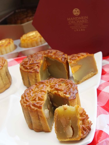 Baked Mooncake with Macadamia Nuts and Low Sugar White Lotus Paste