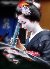 Mirror of Beauty (美の鏡) (kagechiyo.) Tags: woman japan female kyoto maiko 京都 日本 祇園 kimono gion 着物 女性 舞妓 hassaku 祗園 八朔 祇園甲部 mamehana gionkoubu 豆はな