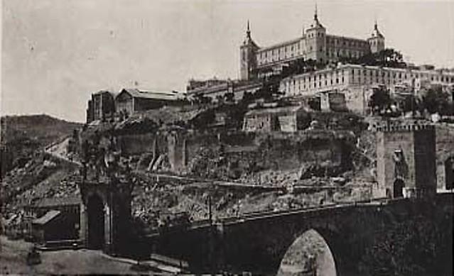 Puente de Alcántara y Alcázar de Toledo hacia 1915.Fotografía de Edward Manuel Newman. The Hispanic Society of America