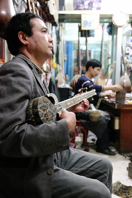カシュガルの民族楽器店にて、ラワープ演奏家