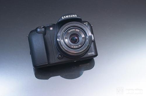 Samsung_NX10_exterior_01