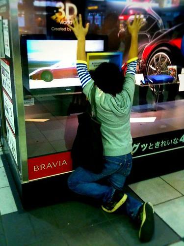 3Dテレビを体験する宇野くん。