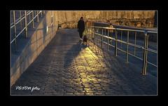 MUJER Y SU PERRO-F (pavon2007) Tags: espaa atardecer corua ciudad galicia riazor paseomaritimo orzan