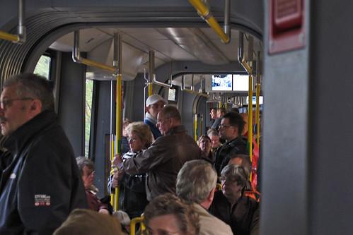 Die Straßenbahn wurde von den interessierten Strausbergern rege besucht, wie diese Innenaufnahme zeigt.