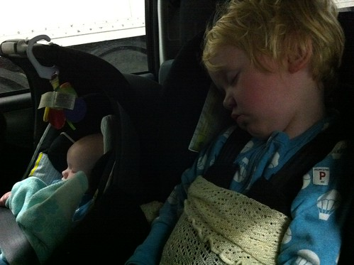 sovande barn i bil