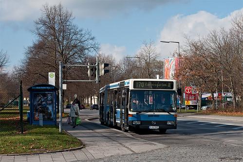 Die Haltestelle Rosa-Pichler-Weg befindet sich direkt an der Hauptzufahrt der Ernst-Bergmann-Kaserne