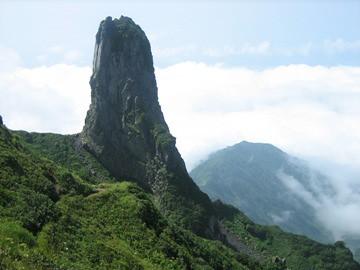 山頂(北峰)より見るローソク岩と三眺山