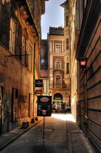 Narrow street. Budapest. Callejón