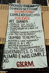 Cartaz afixado no Morro do Alemão, em 2007 Foto: Marcelo Salles/fazendomedia.com