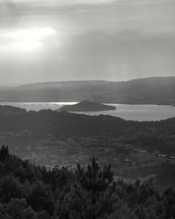 Ría de Pontevedra (amargureiro) Tags: sea atlantic riasbaixas blackandwhite bw byn landscape paisaje paisaxe sky galicia 1870mmf3545g monocrome