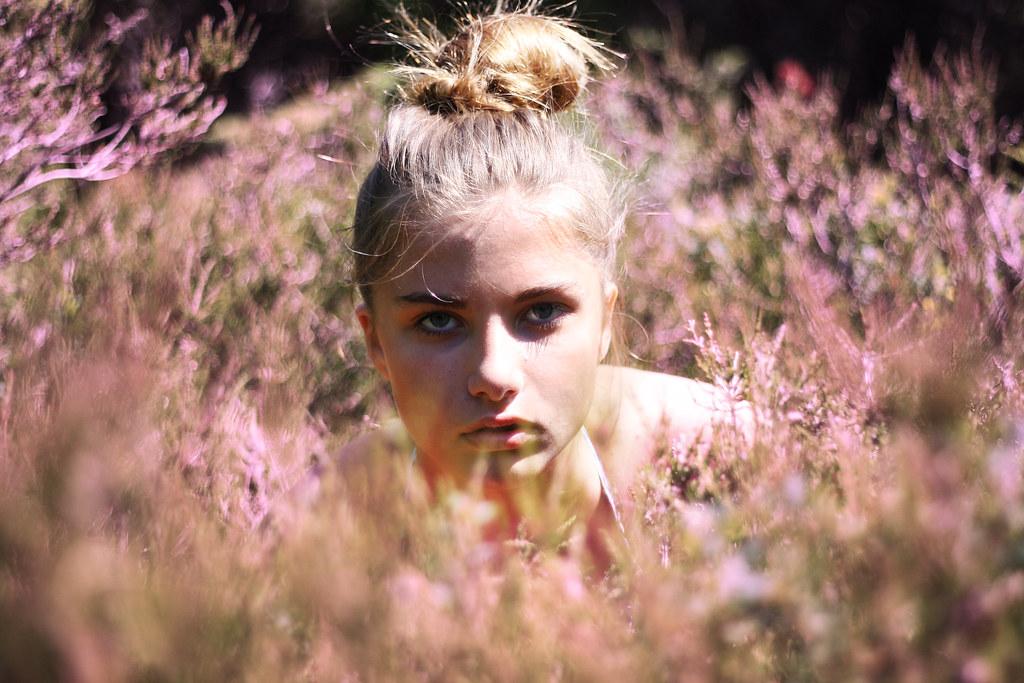 Retrato de una chica sueca en un campo con flores