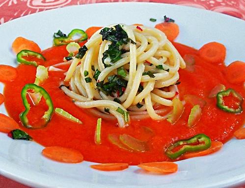 Zuppa fredda di pomodoro e spaghetti