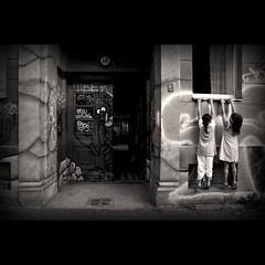 Climbing in Kreuzberg (RominikaH) Tags: street door girls urban berlin art sepia kreuzberg germany calle puerta nikon photos sigma climbing alemania urbano niñas escalar barrio deutch 18200mm d90 balncoynegro blackwhrite rominikah