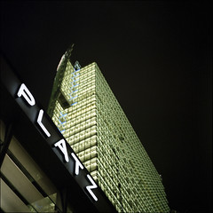 Platz (Alvaro's Pix) Tags: street plaza city nightphotography people color berlin 120 6x6 architecture mediumformat germany deutschland lights platz kodakportra400vc 120film hasselblad scanned potsdamerplatz deutschebahn carrete c41 entrancehall mittelformat zv epsonv700 formatomedio potsdamerbahnhof hasselblad2000fcw carlzeissplanarf80mmt manualexif115f4 berlinpotsdamerbahnhof zeisscontest2010