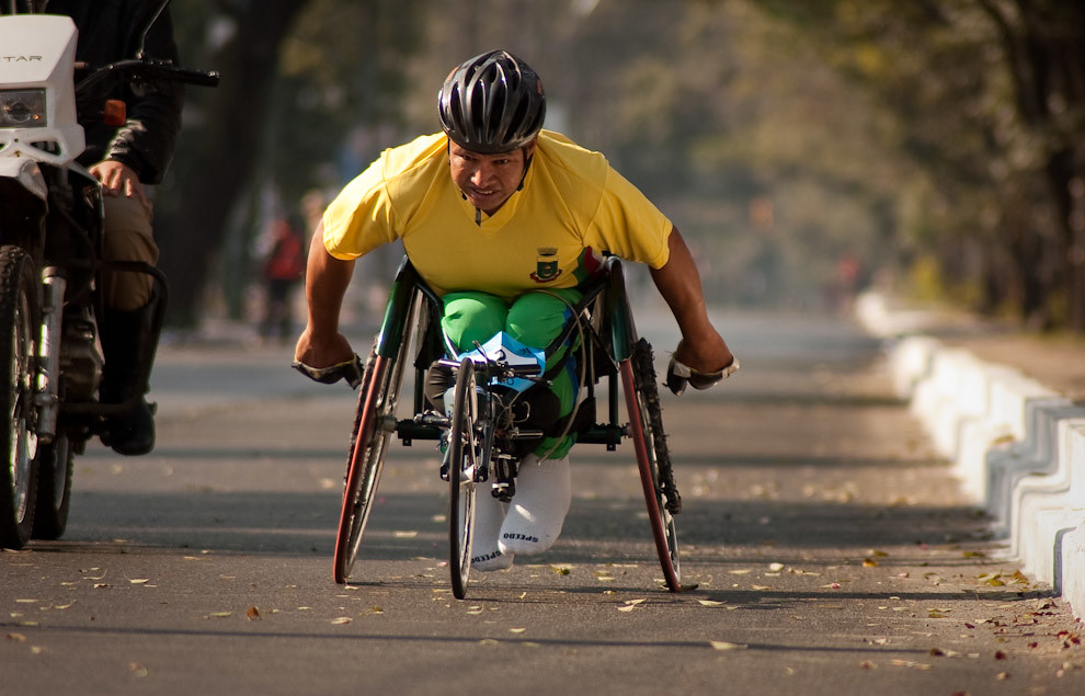 Carlos Roberto Oliveira avanza a toda velocidad sobre Mcal Lopez a la altura de la Municipalidad de Asuncion manteniendo su primer puesto en la categoria 42k en silla de ruedas. (Elton Núñez - Asunción, Paraguay)
